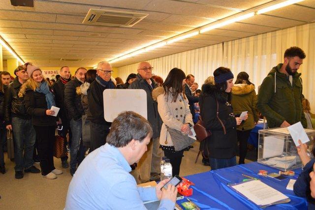 Colas en el colegio electoral Frederic Godàs de Lleida