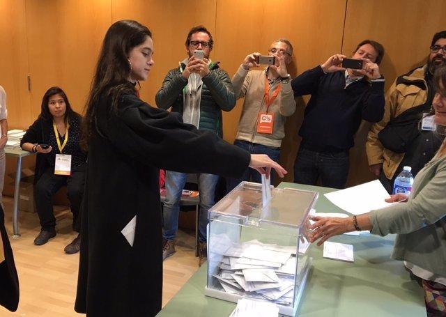 Vota Laura Sancho, la catalana en la que Puigdemont ha delegado su voto.