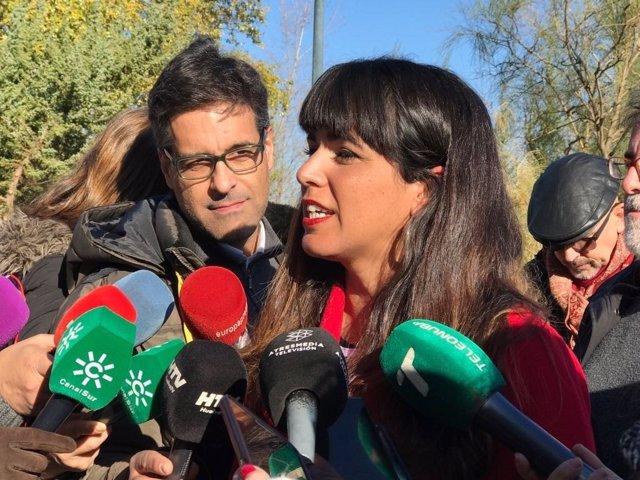 Teresa Rodríguez, ante los medios de comunicación en Huelva.