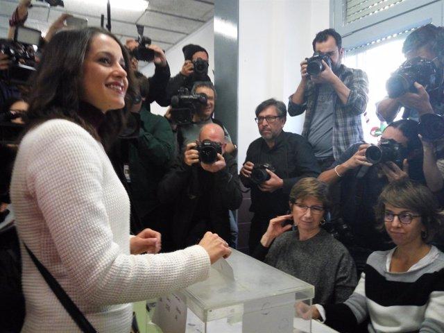 La candidata de Cs, Inés Arrimadas, vota en las elecciones catalanas.