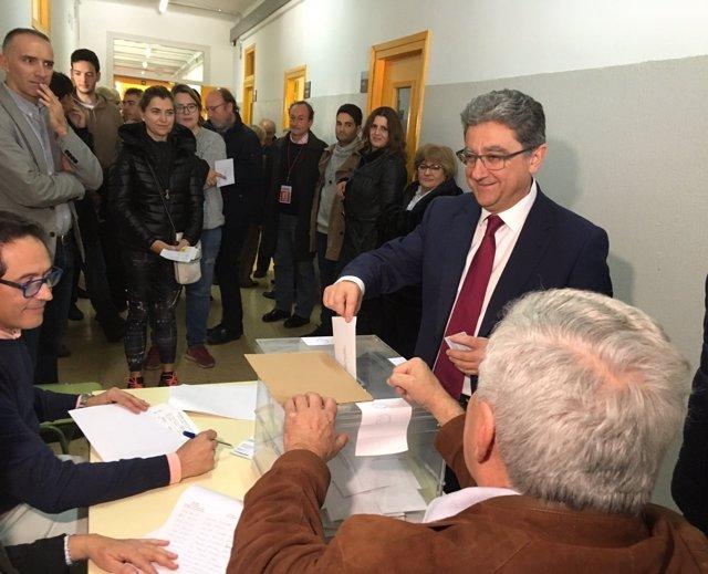 El delegado del Gobierno Enric Millo vota en el 21-D