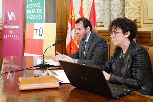 El alcalde, Óscar Puente, y la concejal de Servicios Sociales, Rafaela Romero