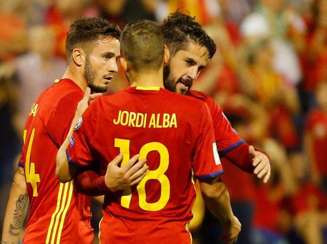 Isco abraza a Jordi Alba y Saúl con la selección española