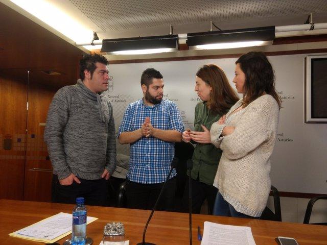 Lorena Gil, con concejales de las marcas locales de Podemos.