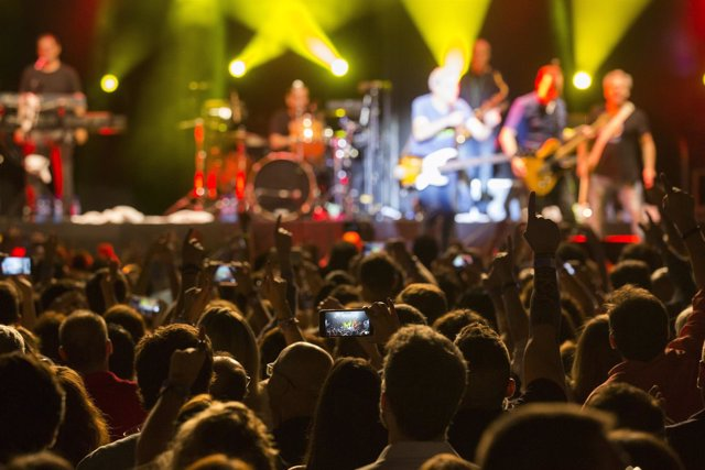 El publico disfruta durante el concierto Hombres G en el VIII festival de musica