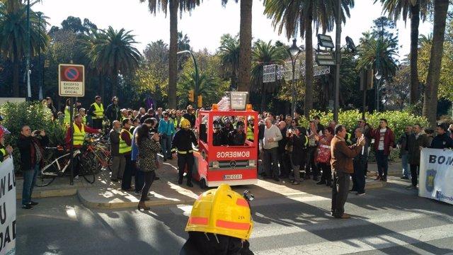 Concentración de los bomberos, puerta Ayuntamiento Málaga