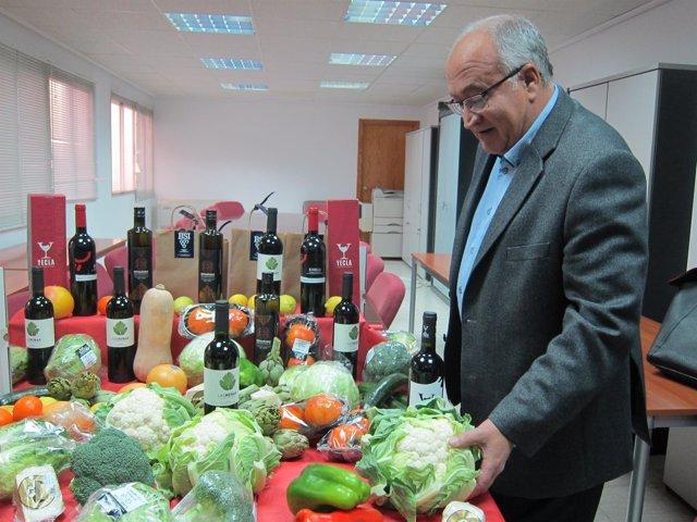 Miguel Padilla junto a productos agrícolas de la Región de Murcia