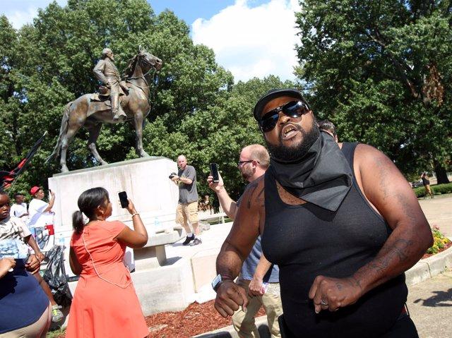 Ciudadanos manifestándose contra la presencia de una estatua confederada