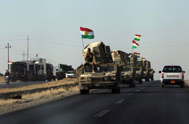 Fuerzas kurdas en la carretera entre Kirkuk y Erbil