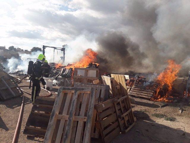 Los bomberos actúan en la zona de palés