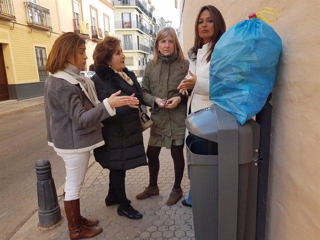 Evelia Rincón muestra una bolsa de basura.