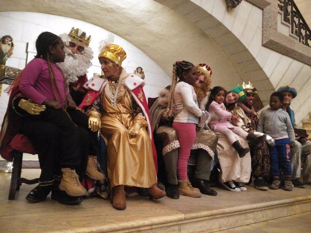 Niños necesitados de Madrid reciben la visita de la Reyes Magos