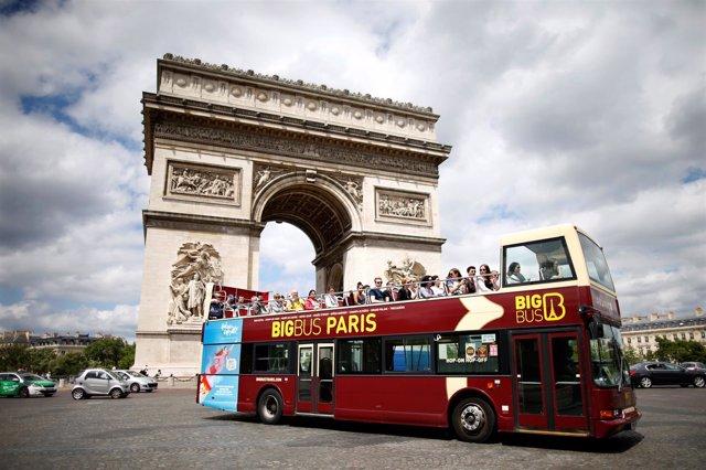 Autobús frente al Arco del Triunfo de París