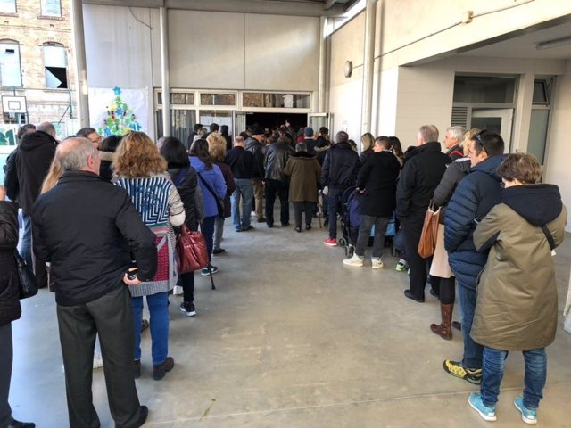 Colas de gente votando el 21D en la Escola La Llacuna de Barcelona.
