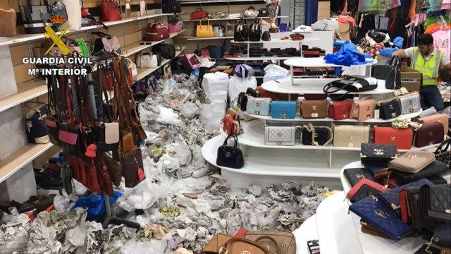 Investigan a 12 personas por la venta de artículos falsificados en Adeje  valorados en tres millones 7d9c3577e1b59