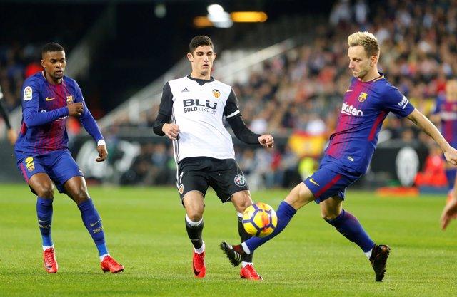 Gonçalo Guedes, del Valencia, rodeado de Nélson Semedo e Ivan Rakitic, del Barça