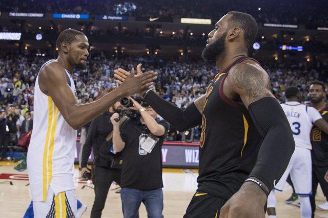 Kevin Durant saluda a LeBron James tras el Warrrios-Cavaliers