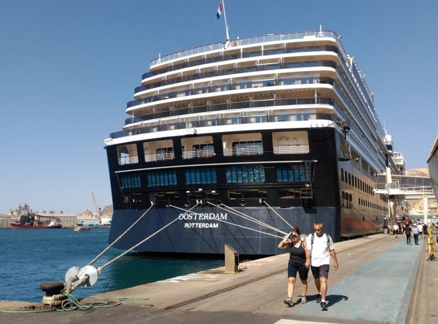 Un crucero atraca en el Puerto de Almería