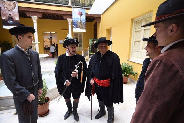 Hombres vestidos para la Fiesta de los Santos Inocentes de Lecrín