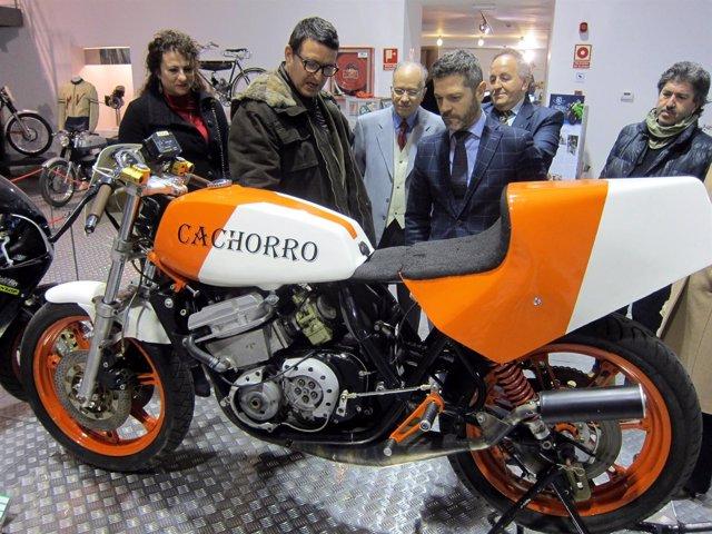 Autoridades observan una de las motos de la exposición