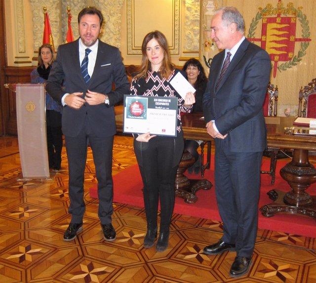 El alcalde de Valladolid y el concejal Antonio Gato, con la ganadora del premio