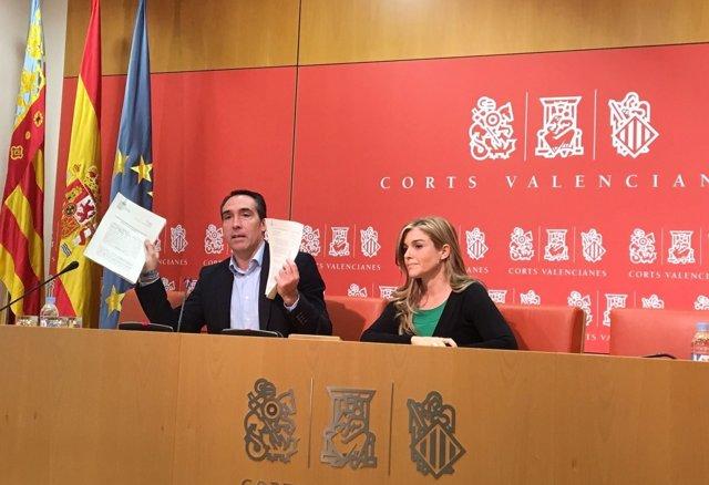 Los diputados del PP Rubén Ibáñez y Eva Ortiz en la rueda de prensa