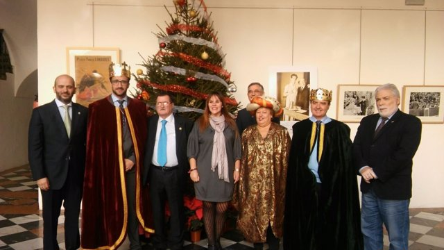 Barbero (centro), junto a los Reyes Magos y organizadores