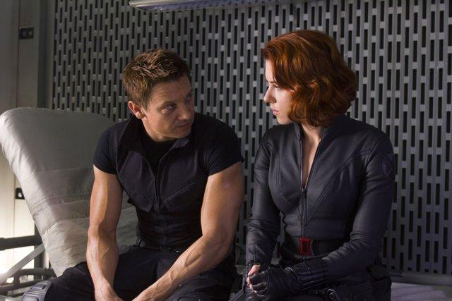 Viuda Negra (Scarlett Johansson) y Ojo de Halcón (Jeremy Renner) en Vengadores