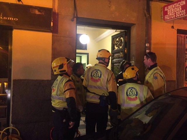 Miembros del Samur en Travesía de Conde Duque donde se descolgó un ascensor