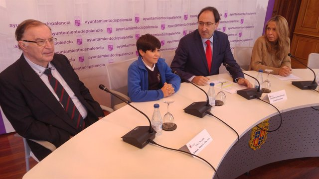 Palencia: el alcalde (I) con el niño que será el Obispillo