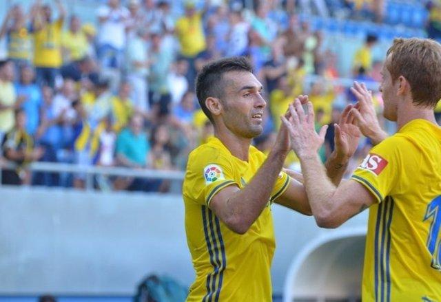 David Barral celebra un gol con el Cádiz