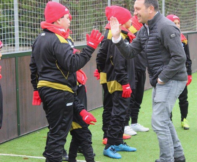 El entrenador Eusebio Sacristán visita la escuela de fútbol inclusivo
