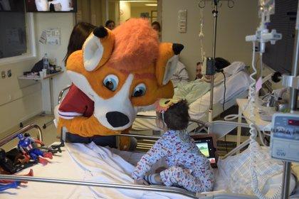 Empresas.- TIDO, la mascota de Puleva, visita a los niños ingresados en el Hospital de La Paz de Madrid