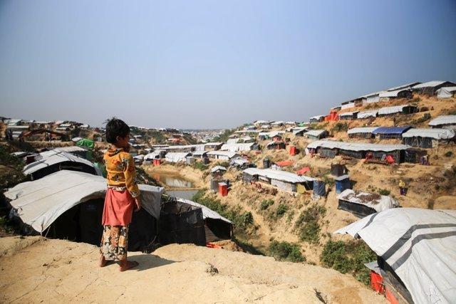 Una niña en un campo para refugiados rohingya en Bangladesh