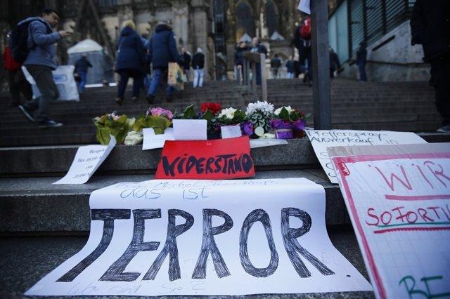 Pancartas contra el terrorismo en la Catedral de Colonia
