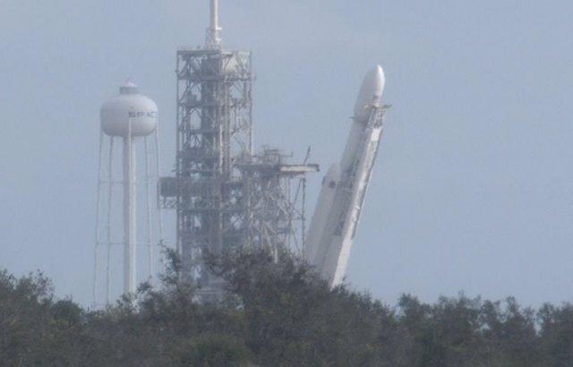 El Falcon Heavy, durante la operación de emplazamiento