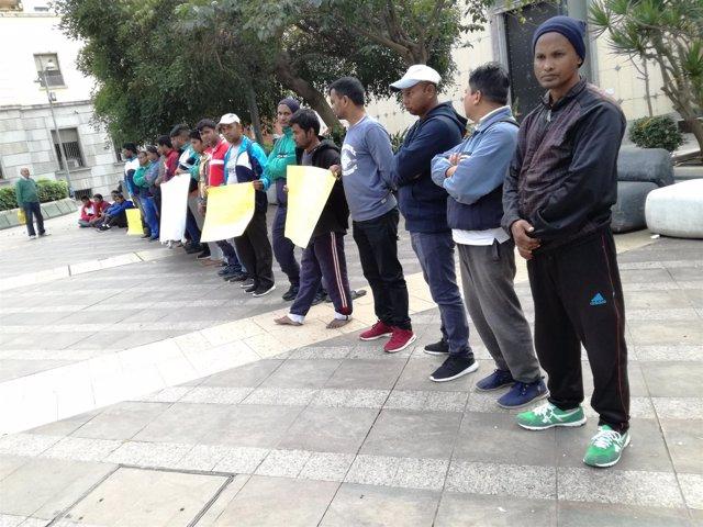 Concentración de migrantes asiáticos del CETI de Ceuta frente a la Subdelegación