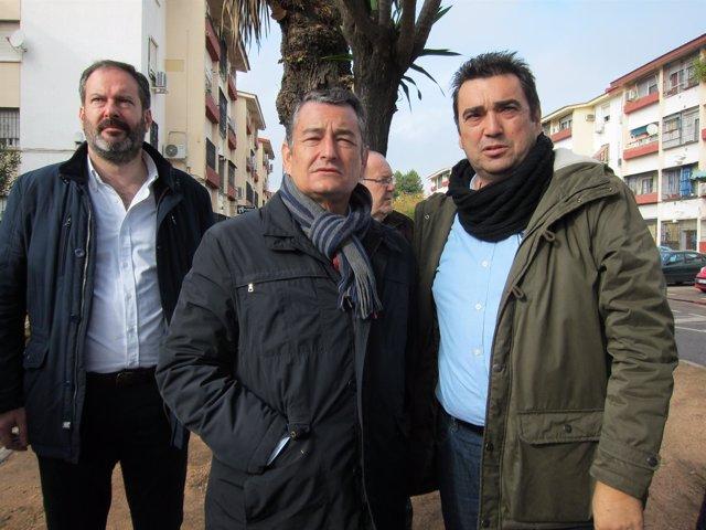 Sanz (centro) durante su visita a Córdoba este jueves