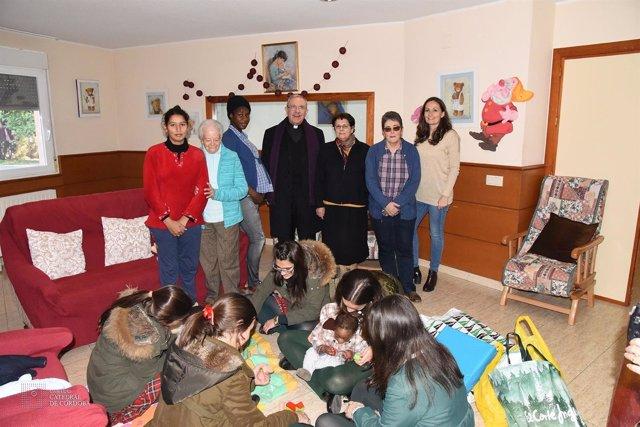 El deán (centro) en una visita a las Adoratrices
