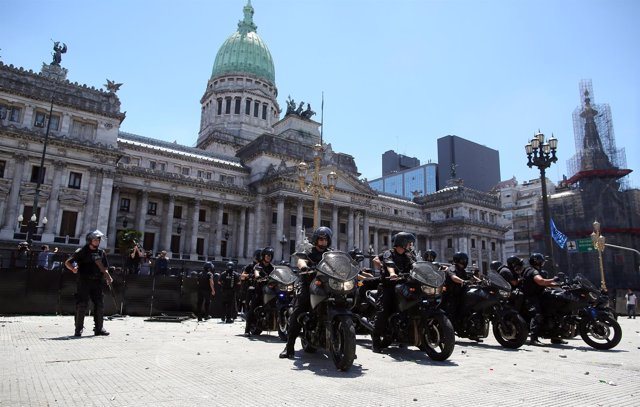 Policías argentinos custodian la sede del Congreso