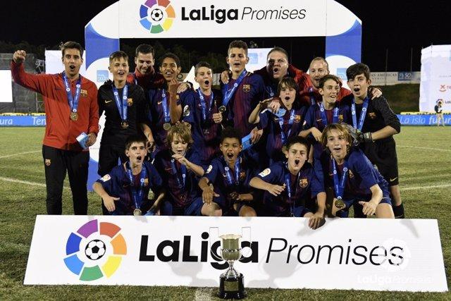 El FC Barcelona posa como campeón de LaLiga Promises