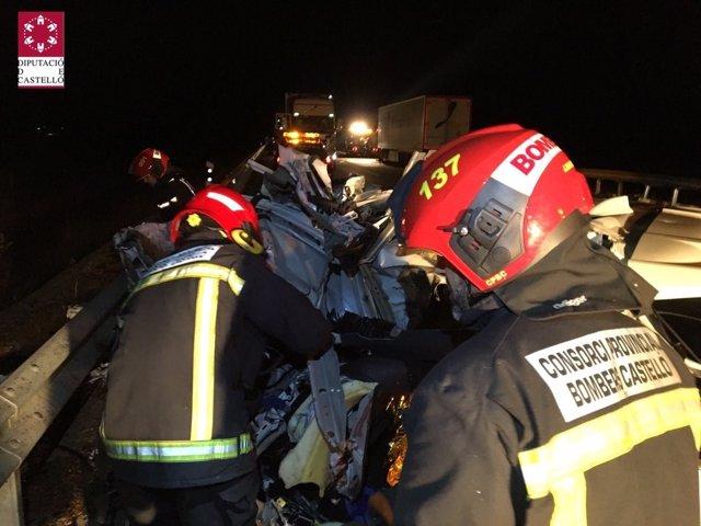 Los bomberos han rescatado a los heridos del coche