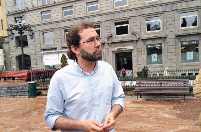 Emilio León ante la sede de Liberbank.