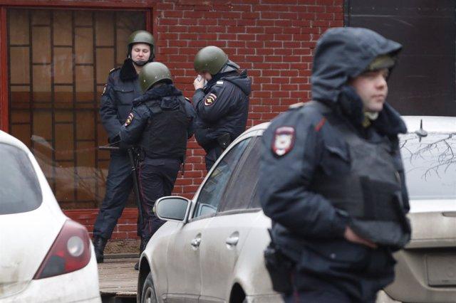 """Policías vigilan la fábrica """"Menshevik"""", situada en Moscú, en la que un hombre a"""