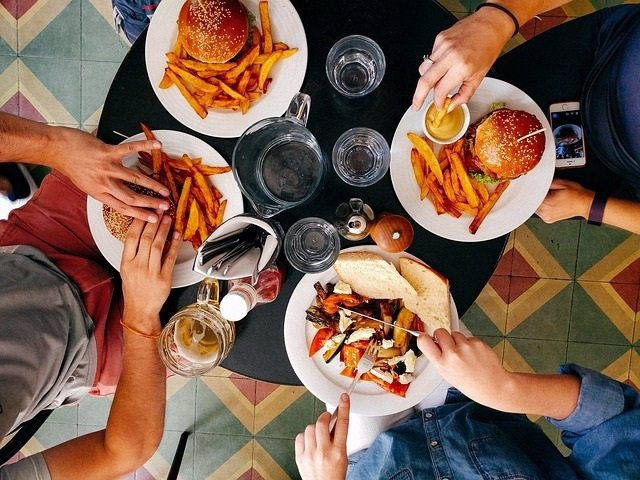 Comida calórica, comida basura, hamburguesas, comiendo,