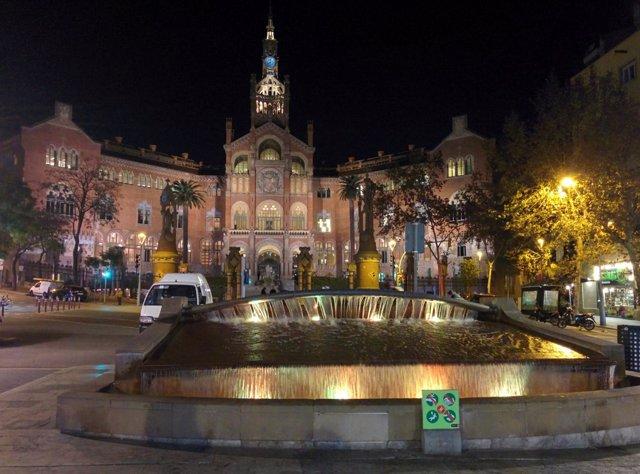 Fuente iluminada de amarillo frente al Hospital de Sant Pau de Barcelona