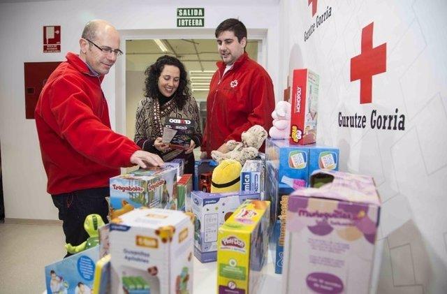 La directora de Kontsumobide entrega juguetes