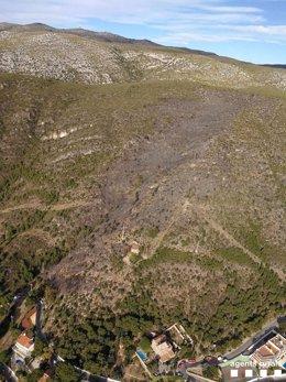 Vista aérea de la superfície quemada en el incendio forestal de Castelldefels