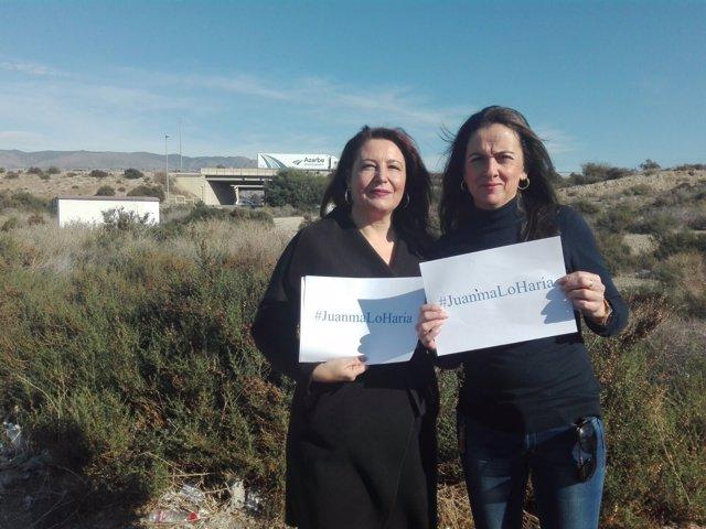 Crespo y Martín muestran un cartel con el lema #Juanmaloharía