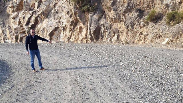 Ramos (PSOE), en la carretera de acceso a la barriada de El Chive